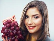 Retrato del concepto de la dieta de la mujer con la fruta de la uva Imagen de archivo libre de regalías