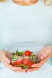 Retrato del concepto de la dieta de la mujer. Modelo femenino que come la ensalada verde Foto de archivo