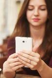Retrato del concepto de la mujer joven del adicto que toma la foto del selfie con Imágenes de archivo libres de regalías