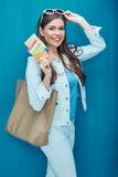 Retrato del concepto del viaje de la mujer sonriente que sostiene el pasaporte con t Fotos de archivo libres de regalías