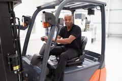 Retrato del conductor de camión de sexo masculino In Factory de la carretilla elevadora Foto de archivo