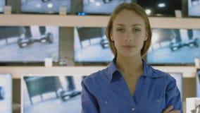 Retrato del consultor en la electrónica y la tienda de los aparatos electrodomésticos almacen de metraje de vídeo