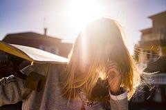 Retrato del contraluz para la muchacha rubia con el monopatín Foto de archivo