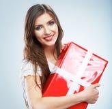 Retrato del control rojo sonriente feliz joven de la caja de regalo del woma Fotos de archivo