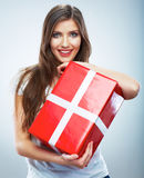 Retrato del control rojo sonriente feliz joven de la caja de regalo del woma Imagenes de archivo