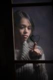 Retrato del corazón del gráfico de la mujer en ventana mojada Imágenes de archivo libres de regalías