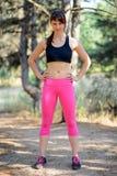 Retrato del corredor femenino joven en el pino salvaje hermoso Forest Active Lifestyle Concept imagen de archivo libre de regalías
