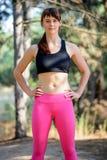 Retrato del corredor femenino joven en el pino salvaje hermoso Forest Active Lifestyle Concept foto de archivo libre de regalías