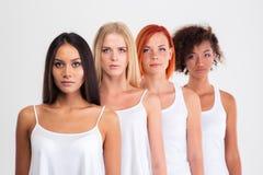 Retrato del cuatro mujeres serias con el pelo colorido Fotografía de archivo