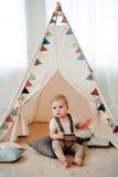 Retrato del cumpleaños de celebración sonriente feliz de 1 año del niño pequeño precioso Muchacho europeo de un año que se sienta Fotografía de archivo libre de regalías