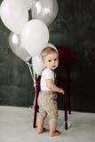 Retrato del cumpleaños de celebración sonriente feliz de 1 año del niño pequeño precioso Muchacho europeo de un año que se sienta Imágenes de archivo libres de regalías