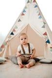 Retrato del cumpleaños de celebración sonriente feliz de 1 año del niño pequeño precioso Muchacho europeo de un año que se sienta Foto de archivo libre de regalías