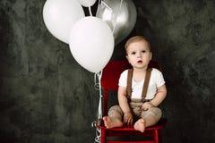 Retrato del cumpleaños de celebración sonriente feliz de 1 año del niño pequeño precioso Muchacho europeo de un año que se sienta Imagen de archivo