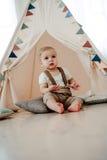 Retrato del cumpleaños de celebración sonriente feliz de 1 año del niño pequeño precioso Muchacho europeo de un año que se sienta Imagen de archivo libre de regalías