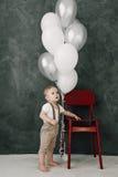 Retrato del cumpleaños de celebración sonriente feliz de 1 año del niño pequeño precioso Muchacho europeo de un año que se sienta Imagenes de archivo