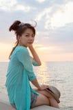 Retrato del día de fiesta relajante de las vacaciones de la mujer asiática en los wi del lado de mar Foto de archivo libre de regalías