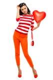 Retrato del día de tarjetas del día de San Valentín de la mujer bonita de la raza mixta que lleva a cabo el corazón rojo Fotos de archivo libres de regalías