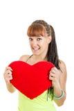 Retrato del día de tarjetas del día de San Valentín de la mujer en el amor que lleva a cabo el corazón rojo Imágenes de archivo libres de regalías
