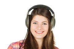 Retrato del  de Ð de la muchacha sonriente en auriculares en el estudio de la grabación de audio Imagen de archivo