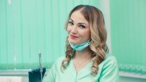 Retrato del dentista de la mujer joven almacen de metraje de vídeo