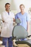 Retrato del dentista And Dental Nurse en cirugía imágenes de archivo libres de regalías