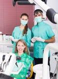 Retrato del dentista y del paciente en la clínica dental Fotos de archivo libres de regalías