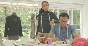 Retrato del diseñador de moda asiático atractivo de los pares que mira la cámara almacen de video
