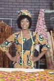 Retrato del diseñador de moda de sexo femenino afroamericano bonito que se coloca con las manos en caderas Imágenes de archivo libres de regalías