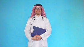 Retrato del doctor árabe de los hombres con un estetoscopio alrededor de su cuello almacen de metraje de vídeo