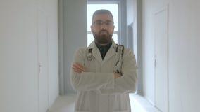 Retrato del doctor con un estetoscopio en el pasillo del hospital metrajes