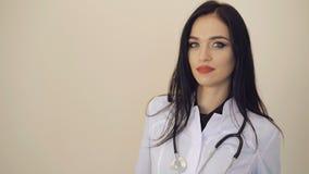 Retrato del doctor de sexo femenino bastante confiado que mira a la cámara 4K almacen de metraje de vídeo