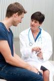 Retrato del doctor de sexo femenino con el paciente Imagen de archivo libre de regalías