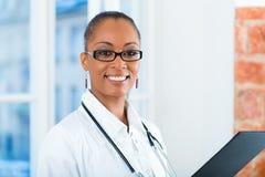 Retrato del doctor de sexo femenino joven en clínica Imágenes de archivo libres de regalías