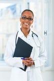 Retrato del doctor de sexo femenino joven en clínica Foto de archivo