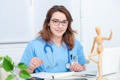 Retrato del doctor de sexo femenino joven en su oficina imagenes de archivo