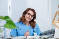 Retrato del doctor de sexo femenino joven en su oficina foto de archivo libre de regalías