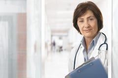 Retrato del doctor de sexo femenino mayor en el hospital Fotos de archivo