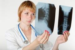 Retrato del doctor de sexo femenino pensativo foto de archivo libre de regalías