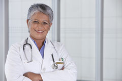 Retrato del doctor de sexo femenino sonriente Imágenes de archivo libres de regalías