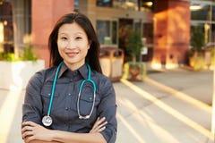 Retrato del doctor de sexo femenino Standing Outside Hospital foto de archivo