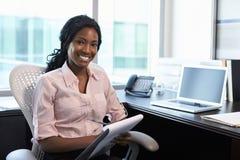 Retrato del doctor de sexo femenino Working In Office Foto de archivo libre de regalías