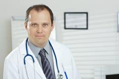 Retrato del doctor de sexo masculino de mediana edad Fotos de archivo libres de regalías