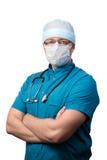 Retrato del doctor de sexo masculino del cirujano aislado en los brazos blancos, cruzados Fotografía de archivo