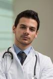Retrato del doctor de sexo masculino joven Foto de archivo libre de regalías