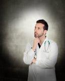 Retrato del doctor de sexo masculino pensativo joven Imágenes de archivo libres de regalías