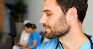 Retrato del doctor de sexo masculino sonriente almacen de video