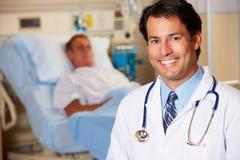 Retrato del doctor With Patient In Background fotografía de archivo