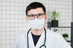 Retrato del doctor, primer de la cara en máscara médica Copie el espacio fotografía de archivo
