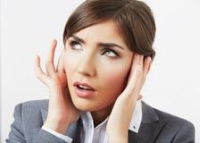 Retrato del dolor de cabeza de la mujer de negocios aislado en blanco Imagen de archivo