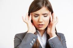 Retrato del dolor de cabeza de la mujer de negocios aislado en blanco Foto de archivo